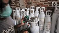 Relawan memeriksa tabung oksigen di Gudang Oksigen Untuk Warga, Utan Kayu, Jakarta, Kamis (8/7/2021). Saat ini, tersedia 275 tabung oksigen ukuran 1 meter kubik. (merdeka.com/Iqbal S. Nugroho)