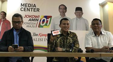 Wakil Ketua Tim Kampanye Nasional Jokowi-Ma'ruf, Abdul Kadir Karding menunjukkan pulpen yang dipakai Jokowi.