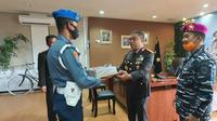 Komandan Lanal Mamuju Letkol Marinir La Ode Jimmy HR saat menberikan kejutan kepada Kapolda Sulawesi Barat Irjen Pol Eko Budi Sampuno (Liputan6.com/Abdul Rajab Umar)