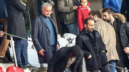 Mantan pelatih Manchester United Jose Mourinho tiba untuk menyaksikan pertandingan Ligue 1 antara Lille melawan Montpellier di Stadion Pierre Mauroy, Villeneuve-d'Ascq, Prancis, Minggu (17/2). (Philippe HUGUEN/AFP)