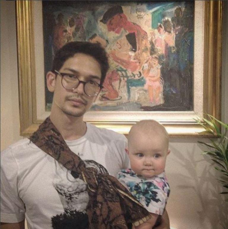 Dimas Beck tak malu gendong bayi pakai kain jarik (Foto: Instagram)