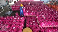 Pekerja menata tabung Bright Gas 5,5 Kg yang dibanderol dengan harga Rp66.000  usai pengisian di Depot and Filling Station LPG Pertamina Plumpang, Jakarta, Selasa (3/11). (Liputan6.com/Angga Yuniar)