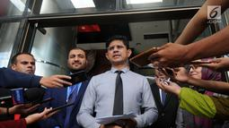 Wakil Ketua KPK, Laode Muhammad Syarif bersama para petinggi anti korupsi dari Negara Afghanistan memberikan keterangan kepada awak media usai pertemuan di Gedung KPK, Jakarta (11/3). (merdeka.com/dwi narwoko)