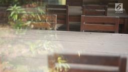 Debu mengotori meja dan kursi di sebuah rumah makan yang sudah tutup di Jalur Pantura, Jawa Barat, Sabtu (8/6/2019). Banyak rumah makan yang bangkrut sejak pemudik lebih memilih melalui Jalan Tol Cipali yang merupakan bagian dari Tol Trans Jawa. (Liputan6.com/Immanuel Antonius)