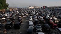Memasuki H-3 jelang lebaran ribuan kendaraan pemudik masih memadati Pelabuhan Merak, Banten Kamis, (25/7/14), (Liputan6.com/ Johan Tallo)