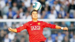 Cristiano Ronaldo adalah salah satu pemain andalan sekaligus pembelian tersukses Manchester United era Sir Alex Ferguson. CR7 diboyong ke Old Trafford pada Juli 2003 dari Sporting CP dengan mahar sebesar 17,5 juta euro. (AFP/Adrian Dennis)