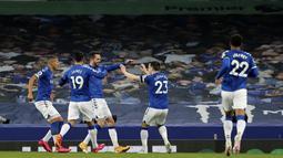 Gelandang Everton, Gylfi Sigurdsson (kiri) berselebrasi dengan rekannya usai mencetak gol ke gawang Tottenham Hotspur pada pertandingan lanjutan Liga Inggris di Goodison Park di Liverpool, Inggris, Sabtu (17/4/2021). Sigurdsson mencetak dua gol di pertandingan ini. (Clive Brunskill/Pool via AP)