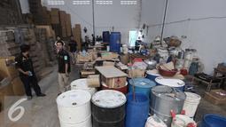 Sejumlah barang bukti alat pembuat obat palsu diamankan di pergudangan Surya Balaraja, Tangerang, Kamis (26/11). Obat berbahaya tersebut tidak memiliki ijin dan berbahaya bagi kesehatan kulit manusia. (Liputan6.com/Angga Yuniar)
