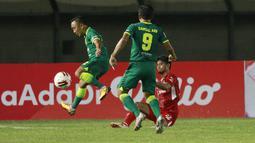 Gelandang Persebaya Surabaya, Rendi Irwan (kiri), berusaha melewati pemain Persik Kediri pada laga Grup C Piala Menpora 2021 di Stadion Si Jalak Harupat, Bandung, Selasa (23/3/2021). (Bola.com/M Iqbal Ichsan)