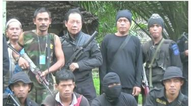 Kepala Badan Intelijen Negara (BIN) Sutiyoso menjemput langsung pemimpin kelompok bersenjata Aceh, Nurdin bin Ismail alias Din Minimi, dari persembunyiannya di hutan pedalaman Aceh Timur. Bang Yos, sapaan Sutiyoso mengatakan, butuh waktu kurang lebih s