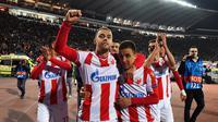 Para pemain Red Star merayakan kemenangan atas Liverpool pada laga Liga Champions di Stadion Rajko Mitic, Belgrade, Selasa (6/11). Red Star menang 2-0 atas Liverpool. (AFP/Andrej Isakovic)