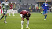 Ekspresi gelandang AC Milan Ismael Bennacer setelah gagal mencetak gol ke gawang Sassuolo pada laga di Stadio San Siro, Minggu (15/12/2019). (AP Photo/Antonio Calanni)