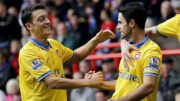 Selebrasi Mikel Arteta bersama Mesut Ozil pada pertandingan Liga Premier Inggris antara Crystal Palace vs Arsenal di Selhurst Park, London (26/10/2013). (AFP/Ian Kington).