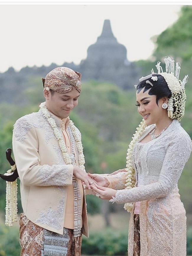 Setelah menggelar akad nikah, malam harinya dilanjutkan acara resepsi masih ditempat yang sama. Kedua bagaikan raja dan ratu sehari dengan balutan busana Jawa klasik. Lantaran keduanya juga sama-sama berdarah Jawa. (Instagram/aldiphotoofficial)