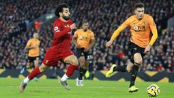 Penyerang Liverpool, Mohamed Salah, mengejar bola saat melawan Wolverhampton Wanderers pada laga Premier League 2019 di Stadion Anfield, Minggu (29/12). Liverpool menang 1-0 atas Wolverhampton. (AP/Jon Super)