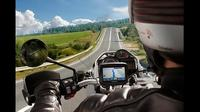 Ilustrasi pengendara motor yang menggunakan GPS saat di jalan (Trackimo)