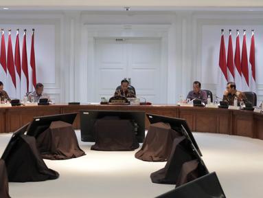 Presiden Joko Widodo memimpin Rapat Terbatas Evaluasi Proyek Strategis Nasional di Kantor Presiden, Jakarta, Senin (16/4). Jokowi mengatakan proyek strategis nasional yang mulai dikerjakan pada 2018 agar segera dieksekusi. (Liputan6.com/Angga Yuniar)