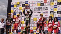Podium juara race pertama kelas AP 250cc Asia Road Racing Championship (ARRC) 2019 di Sirkuit Internasional Chang, Buriram, Thailand, Sabtu (30/11/2019). (Bola.com/Muhammad Adiyaksa).