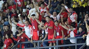 Tim polo air Indonesia merayakan keberhasilan meraih medali emas pada SEA Games 2019 di Aquatic Center, Clark, Jumat (29/11). Indonesia berhasil meraih emas perdana dari cabang polo air. (Bola.com/M Iqbal Ichsan)