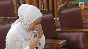 Terdakwa kasus dugaan penyebaran berita bohong atau hoaks Ratna Sarumpaet menangis saat menjalani sidang lanjutan di PN Jakarta Selatan, Selasa (18/6/2019). Sidang tersebut beragenda pembacaan pledoi atau nota pembelaan dari terdakwa. (Liputan6.com/Herman Zakharia)