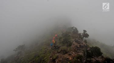 Pendaki melintasi hutan belantara yang tertutup kabut saat mendaki Gunung Sumbing via jalur Bowongso, Wonosobo, Jawa Tengah (3/4). Gunung berketinggian 3.371 mdpl tersebut menjadi salah satu gunung favorit bagi para pendak. (merdeka.com/Iqbal S. Nugroho)