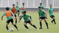 Pemain Timnas Indonesia, Febri Hariyadi, menggiring bola saat latihan di Stadion Madya Senayan, Jakarta, Rabu (21/11). Latihan ini persiapan jelang laga Piala AFF 2018 melawan Filipina. (Bola.com/M. Iqbal Ichsan)