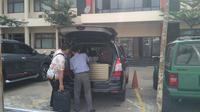 Penyidik KPK mendatangi Mapolresta Palembang guna memeriksa saksi kasus suap Pilkada Palembang 2013 (Liputan6.com / Nefri Inge)