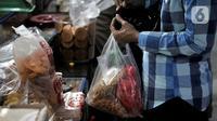 Warga menggunakan kantong plastik saat berbelanja di Pasar Tebet Barat, Jakarta, Kamis (6/2/2020). Pemprov DKI telah menetapkan Pasar Tebet Barat dan Pasar Tebet Timur sebagai pasar percontohan gerakan pengurangan kantong kresek atau kantong plastik sekali pakai. (merdeka.com/Iqbal S Nugroho)