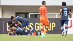 Pemain Persela Lamongan, Gian Zola (bawah) bersama rekan setim melakukan selebrasi usai mencetak gol ke gawang Persiraja Banda Aceh dalam laga pekan ke-5 BRI Liga 1 2021/2022 di Stadion Pakansari, Bogor, Selasa (28/9/2021). Persela menang 1-0. (Bola.com/ M Iqbal Ichsan)