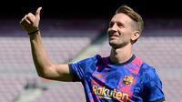 Pesepak bola asal Belanda Luuk de Jong berpose untuk para wartawan foto saat diperkenalkan sebagai rekrutan baru Barcelona, di stadion Camp Nou di Barcelona, Kamis (9/9/2021). De Jong merupakan pemain yang dimiliki Sevilla sebelum bergabung bersama Barcelona. (Josep LAGO / AFP)