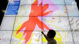 Petugas Badan Nasional Penanggulangan Bencana (BNPB) memberi penjelasan terkait erupsi Gunung Agung di Gedung BNPB, Jakarta, Senin (27/11). Tingkat erupsi Gunung Agung saat ini meningkat dari fase freatik ke magmatik. (Liputan6.com/Faizal Fanani)