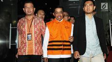 Mantan Mensos Idrus Marham mengenakan rompi tahanan usai menjalani pemeriksaan di Gedung KPK, Jakarta, Jumat (31/8). Idrus Marham resmi ditahan untuk mempermudah penyidikan terkait kasus suap Rp 4,8 miliar proyek PLTU Riau-1. (merdeka.com/Dwi Narwoko)