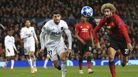 Gelandang Manchester United, Marouane Fellaini, berusaha melewati pemain Valencia pada laga Liga Champions di Stadion Old Trafford, Selasa (2/10/2018). Manchester United ditahan 0-0 oleh Valencia. (AP/Jon Super)