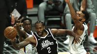 Kawhi Leonard dijaga ketat pemain Utah Jazz pada laga NBA Playoff (AFP)