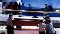 Lima orang anak buah kapal KM Asula ditemukan mengambang di perairan Merauke. Sementara itu, korban ledakan masih dirawat di rumah sakit.