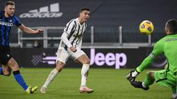 Penyerang Juventus, Cristiano Ronaldo berusaha mencetak gol ke gawang Inter Milan pada pertandingan leg kedua babak semifinal Coppa Italia di Turin Allianz Stadium, Italia, Rabu (10/2/2021). Di final, Juventus akan menantikan pemenang laga Atalanta vs Napoli. (Marco Alpozzi/LaPresse via AP)