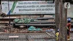 Pekerja beraktivitas menyelesaikan proyek revitalisasi Taman Ismail Marzuki (TIM) Tahap I, Jakarta, Rabu (6/1/2021). Progres revitalisasi TIM Tahap I yang meliputi gedung perpustakaan, wisma seni, parkir taman, dan Masjid Amir Hamzah itu telah mencapai 55 persen. (merdeka.cim/Iqbal S. Nugroho)