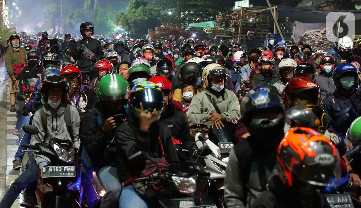 Sejumlah pemudik motor mematikan kendaraannya di kawasan posko penyekatan mudik di Kedungwaringin, Kabupaten Bekasi, Jawa Barat, Senin (10/5/2021). Sejumlah pemudik motor mematikan kendaraannya untuk menolak diputarbalikkan oleh petugas di posko penyekatan mudik. (Liputan6.com/Herman Zakharia)