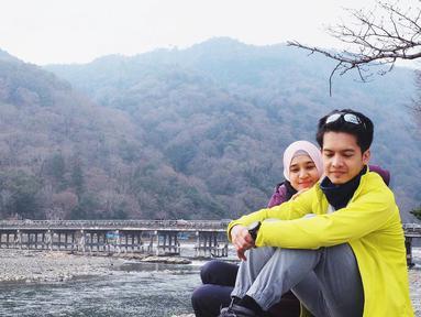 Pasangan Dimas Seto dan istri Dhini Aminarti beberapa waktu lalu mengunjungi Jepang. Selain berlibur, juga berbagi pengalamannya sebagai pebisnis. (Instagram/dimasseto_1)