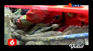 Dua pekerja proyek pembangunan gorong-gorong tertimbun batu dan lumpur di Jalan Mayjen Sungkono, Surabaya, Rabu (23/10). Dua korban kecelakaan kerja itu Masaroh asal Pasuruan dan Feri dari Banyuwangi.