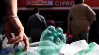 Penumpang antre menukarkan sampah botol plastik dengan tiket kereta menggunakan mesin daur ulang di stasiun metro bawah tanah Cipro, Roma, Selasa (8/10/2019). Setiap 30 sampah botol plastik, warga akan mendapatkan satu tiket yang berlaku untuk 100 menit perjalanan kereta. (Tiziana FABI/AFP)