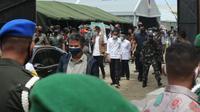 Rombongan Presiden Joko Widodo saat berkunjung di lokasi pengungsian penyintas gempa Mamuju, Selasa (19/01/2021). (Foto: Heri Susanto/ Liputan6.com).