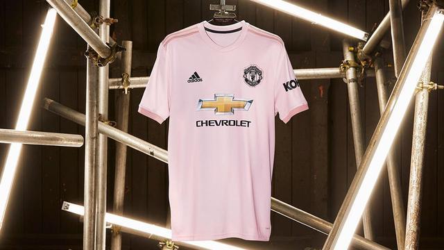 93b1c5ad793 Manchester United. Manchester United akan menggunakan jersey berwarna ...