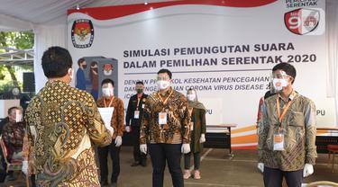 Petugas KPU saat mengikuti simulasi pemungutan suara dalam pemilihan serentak 2020 di Halam Kantor KPU, Jakarta, Rabu (22/7/2020). Simulasi pemungutan suara di TPS dengan menerapkan protokol kesehatan Covid-19. (merdeka.com/Imam Buhori)