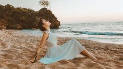 Tentunya identik dengan Bali, pantai menjadi salah satu destinasi yang dikunjungi Andira. (Liputan6.com/IG/@andirazh)