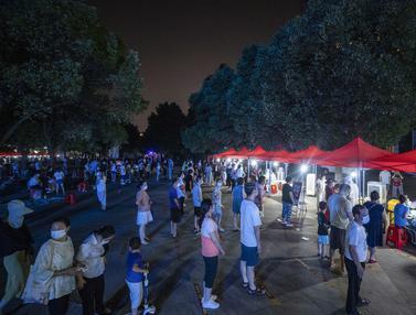 Potret Warga Wuhan Antre Tes COVID-19 Sampai Malam