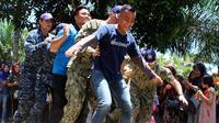 Keseruan terlihat saat anggota militer Amerika ikut dalam lomba permainan rakyat Terompah Panjang di Bengkulu (Liputan6.com/Yuliardi Hardjo)