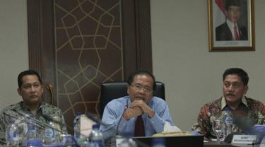 Menko Bidang Kemaritiman Rizal Ramli saat rapat koordinasi di Kantor Kemenko Kemaritiman, Jakarta, Senin (21/12). Pemerintah kembali menambah daftar 84 negara untuk kategori bebas visa ke Indonesia. (Liputan6.com/Angga Yuniar)
