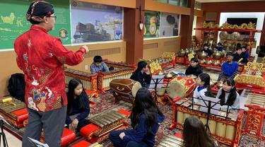 Antusiasme para murid sudah tampak ketika masuk ke dalam ruang Gamelan (KBRI Seoul)