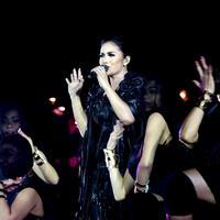 Stamina Krisdayanti yang prima membuuat ia berhasil menuntaskan Konser Traya (Fathan Rangkuti/bintang.com)